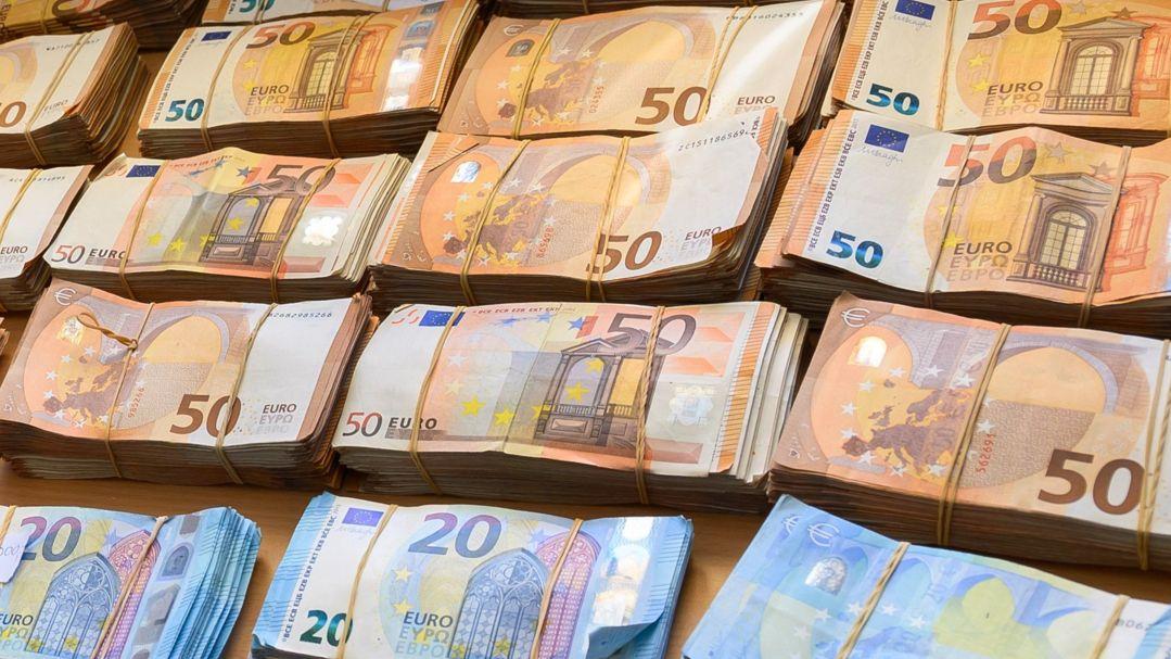 Euro-Banknoten liegen auf einem Tisch.