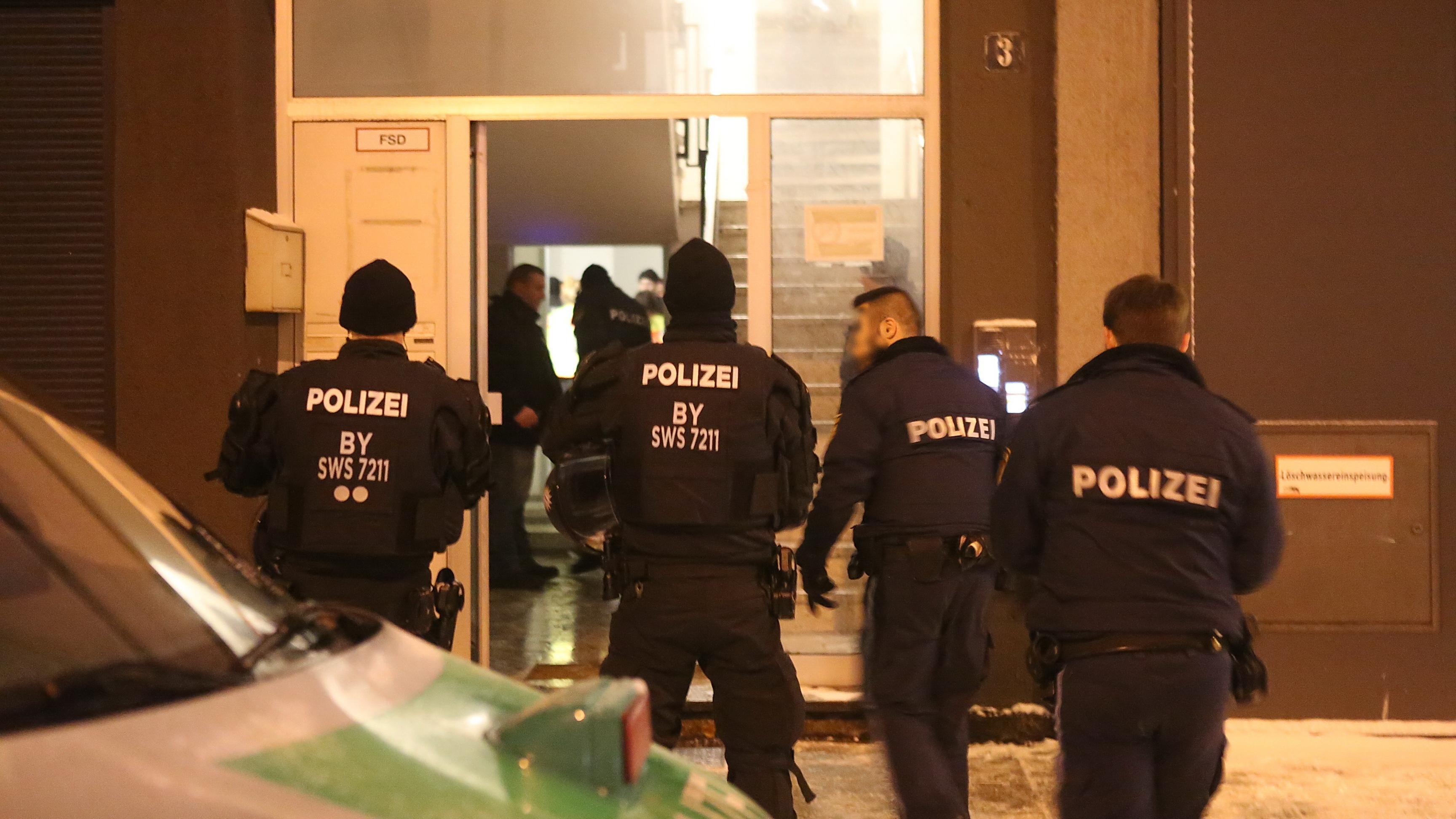 Polizeibeamte betreten die Gemeinschaftsunterkunft in Neu-Ulm