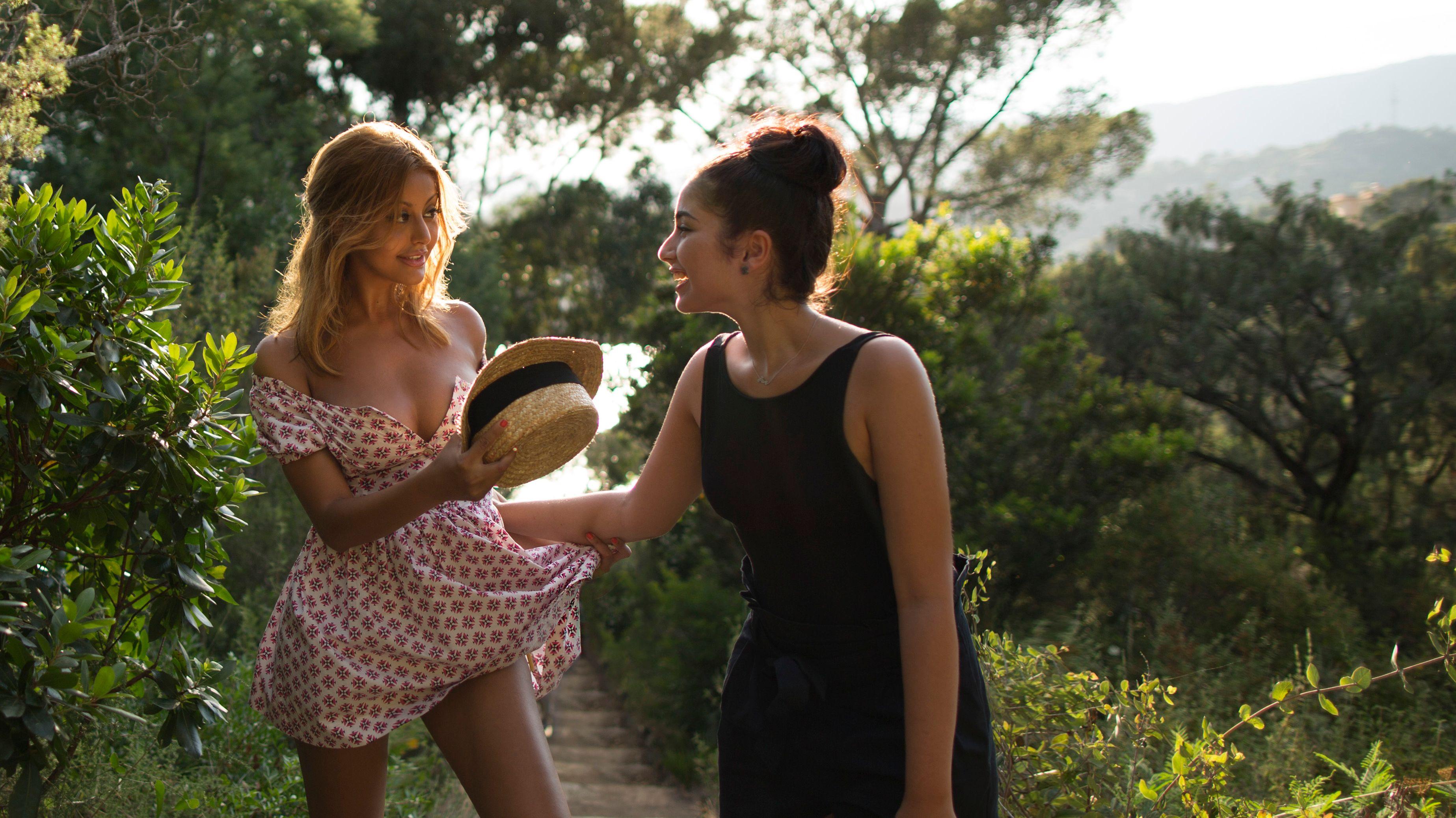 Zwei junge Frauen, tolles Licht und eine große Frage: Wie will man eigentlich leben?