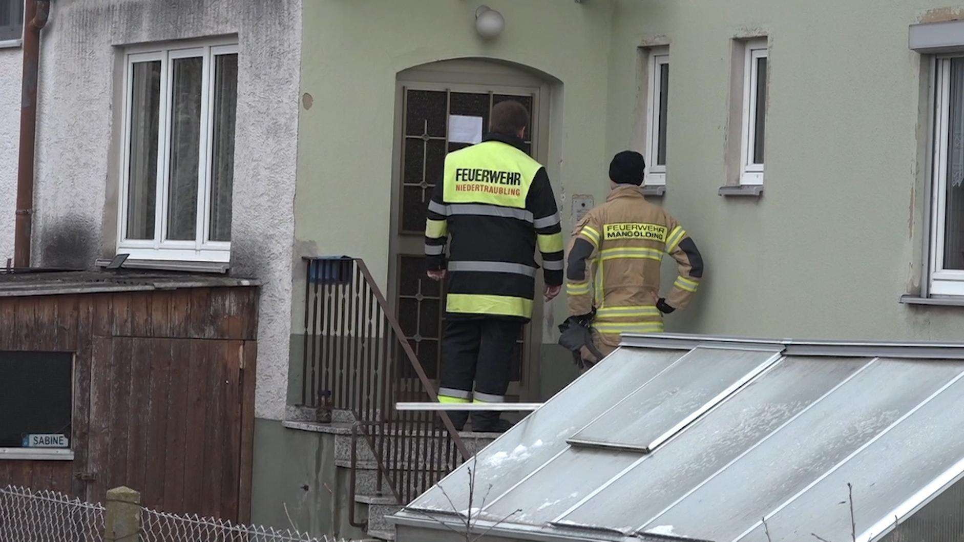 Rettungskräfte gehen von Haus zu Haus und bereiten die Evakuierung vor