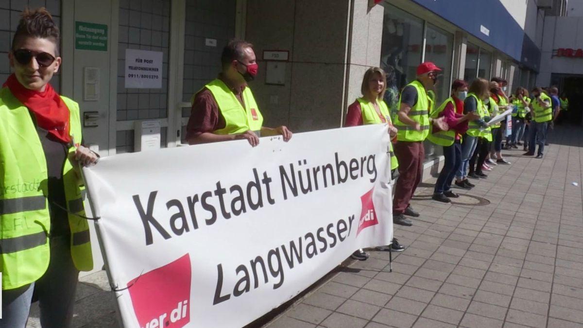 Beschäftigte demonstrieren vor der Karstadt-Filiale in Nürnberg-Langwasser