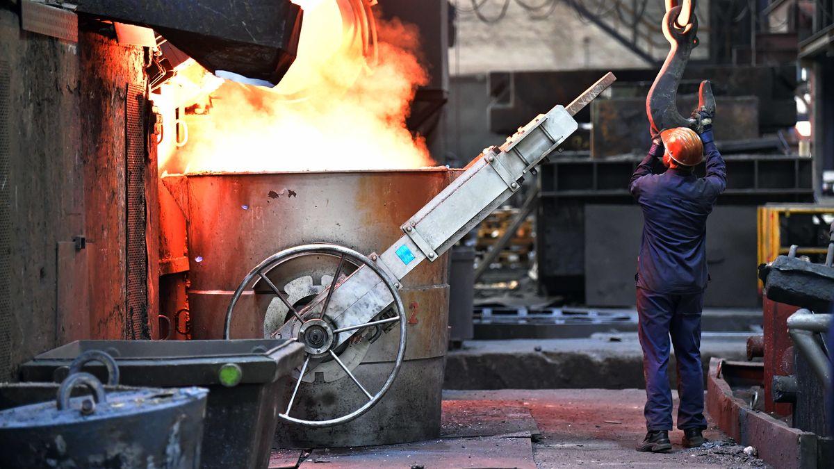 Symbolbild: ein Mann arbeitet in einer Eisengießerei