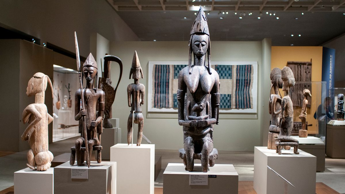 Blick in einen Ausstellungsraum mit afrikanischen Skulpturen