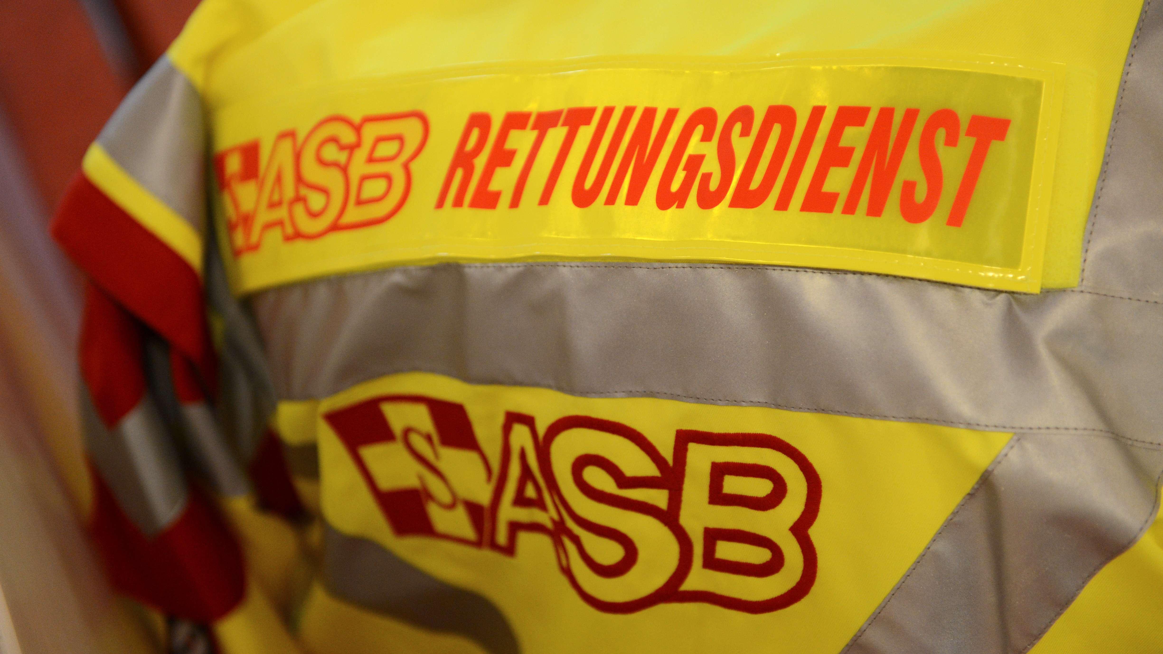 """Schriftzug """"ASB Rettungsdienst"""" des Arbeiter-Samariter-Bundes (ASB) auf einer Jacke"""