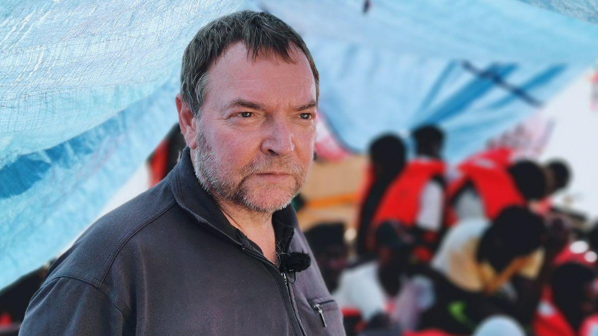 """Kapitän Claus-Peter Reisch steht auf dem Deck des Rettungsschiffes """"Eleonore"""" (Archivbild)"""
