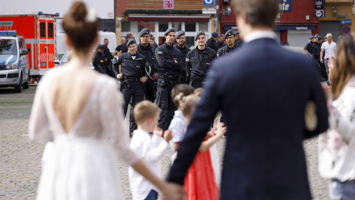 Hochzeitspaar und Polizisten