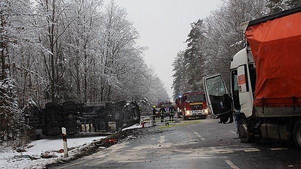 Tanklaster liegt nach Zusammenstoß mit anderem Laster umgestürzt im Straßengraben.