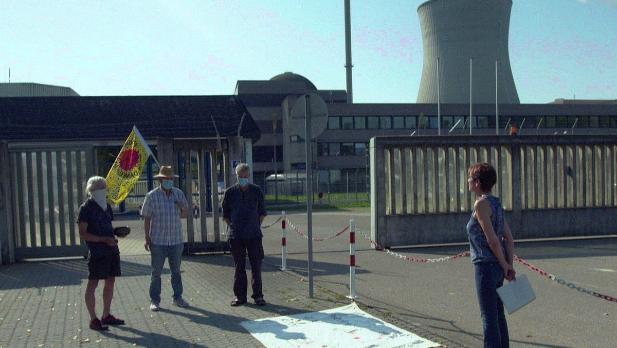 Nur noch wenige Atomkraftgegner halten bis heute Mahnwache vor dem Atomkraftwerk in Grundremmingen.