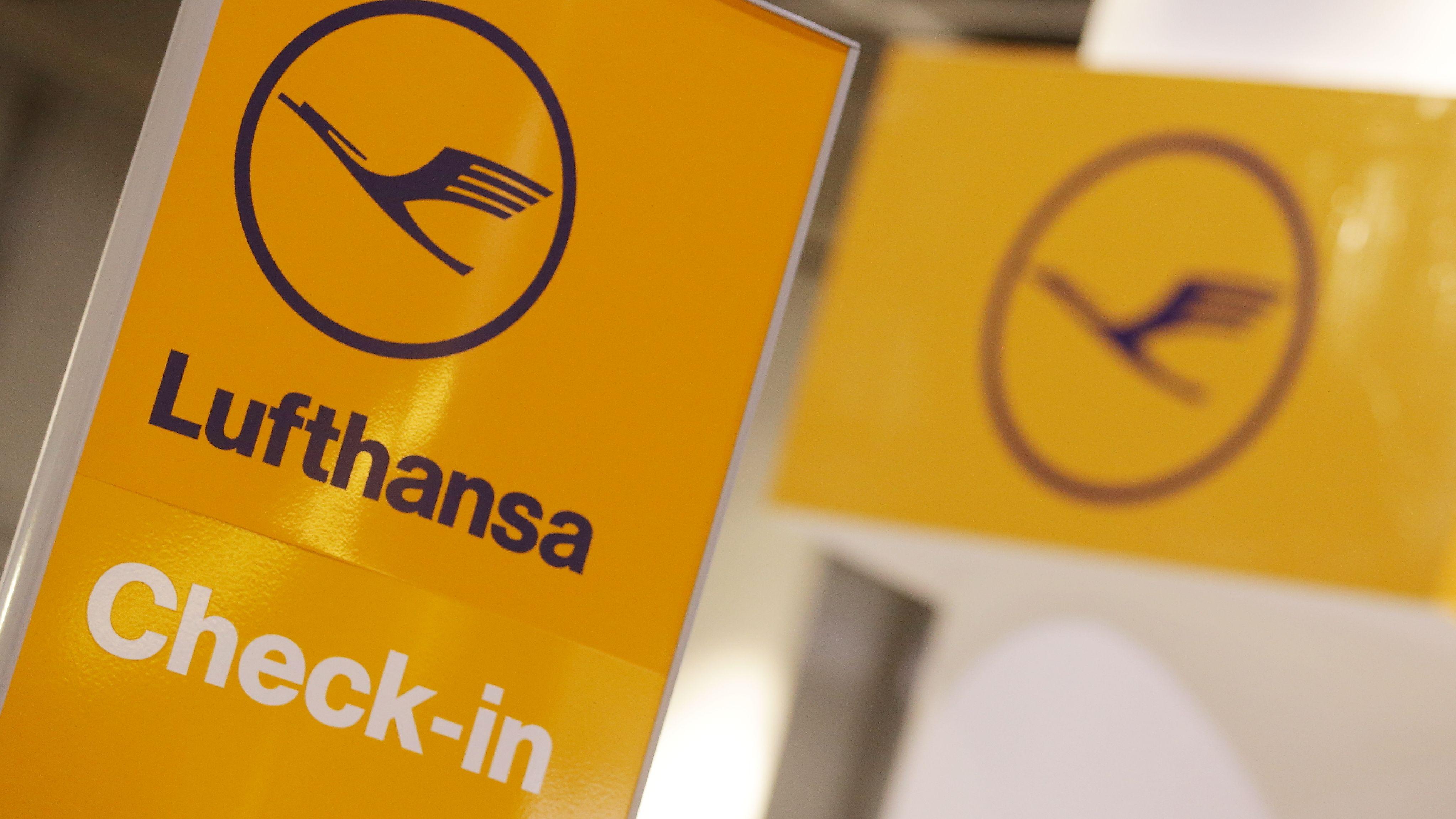 Zwei Lufthansa Schilder