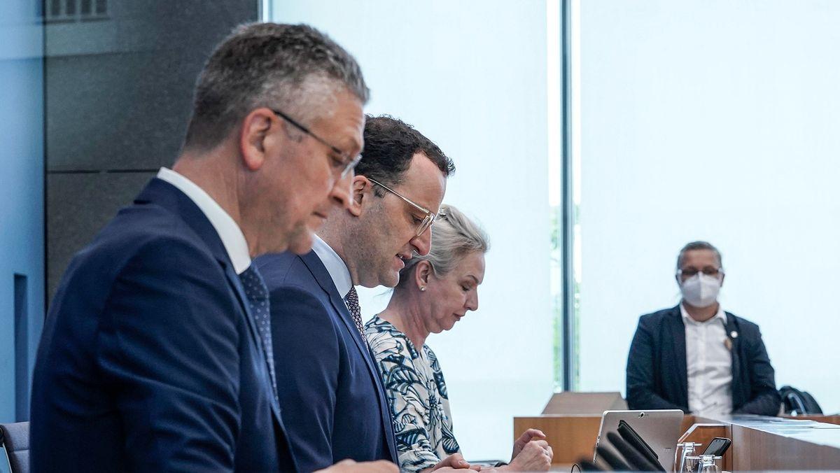 Bundesgesundheitsminister Spahn und RKI-Präsident Wieler informieren auf einer Pressekonferenz.
