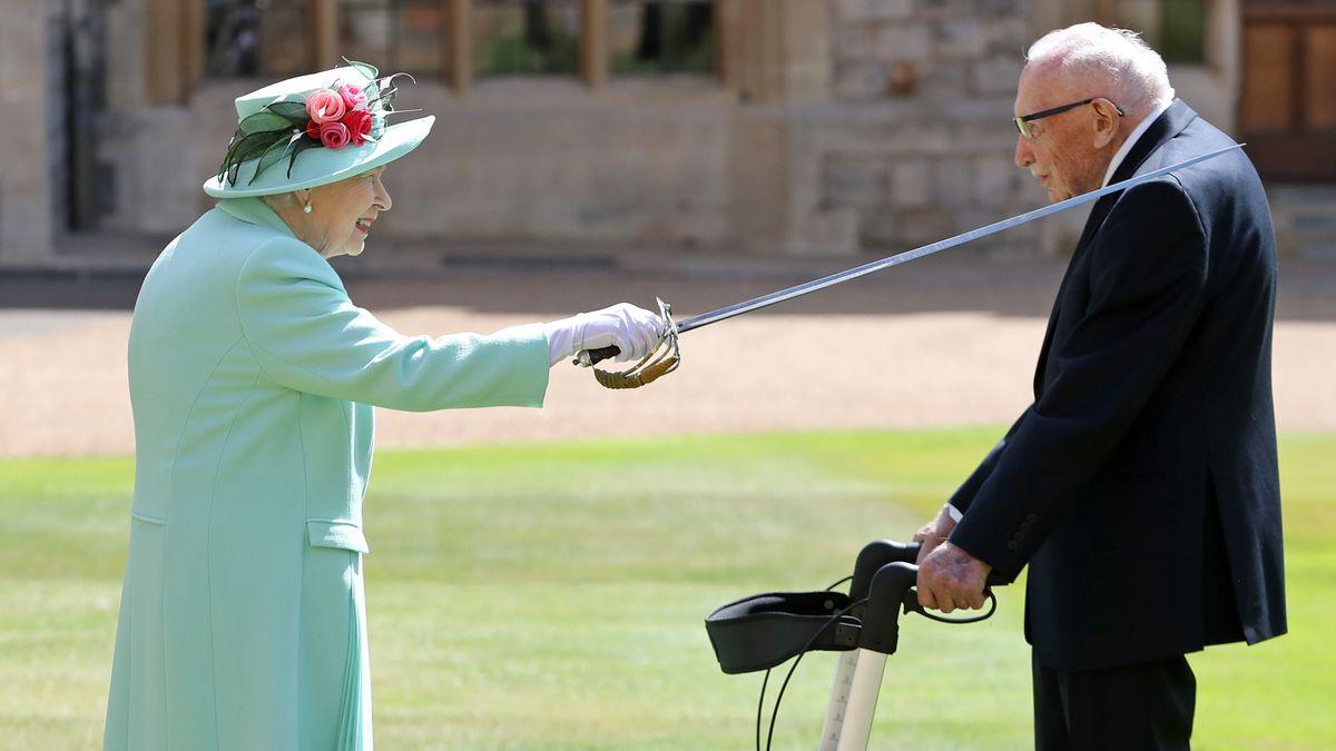 Die Queen mit Schwert in Windsor