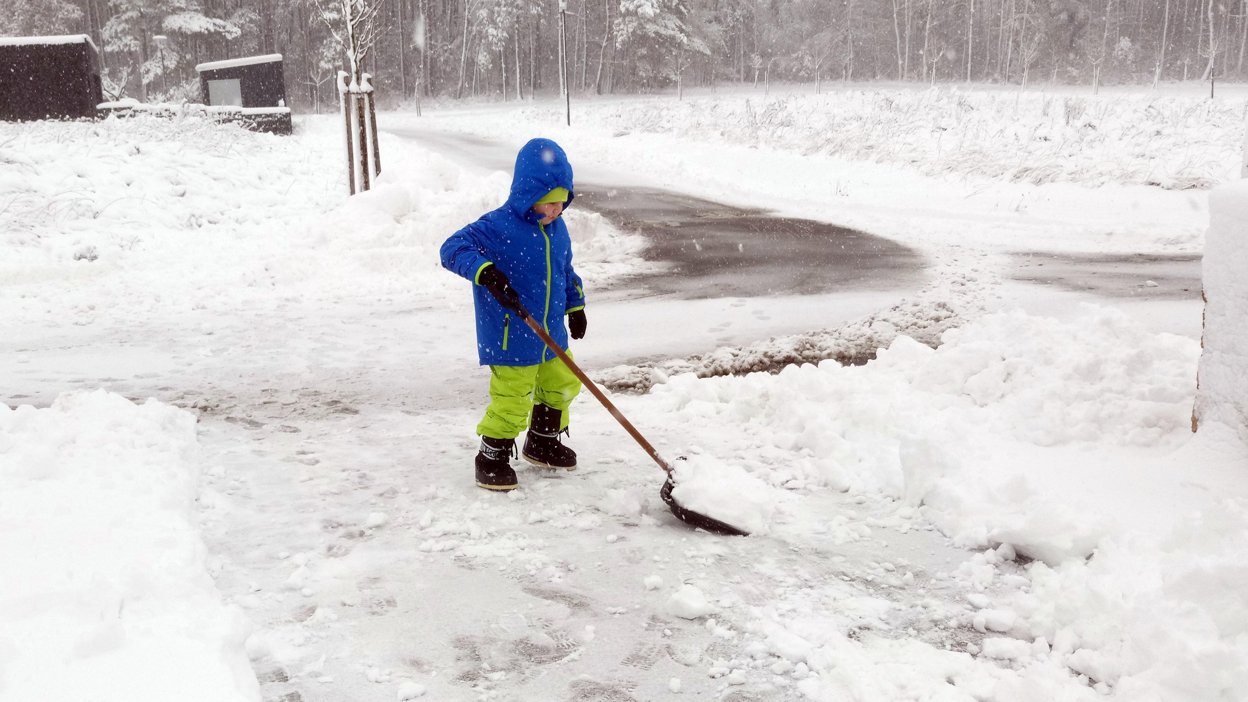Im Landkreis Schwandorf hilft ein Kind beim Schneeschippen