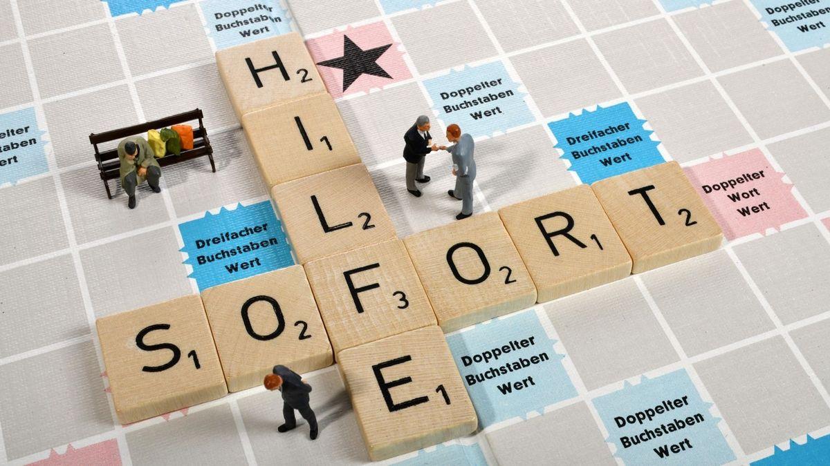 """Die Wörter """"Sofort"""" und """"Hilfe"""" auf einem Scrabble-Feld (Symbolbild)"""