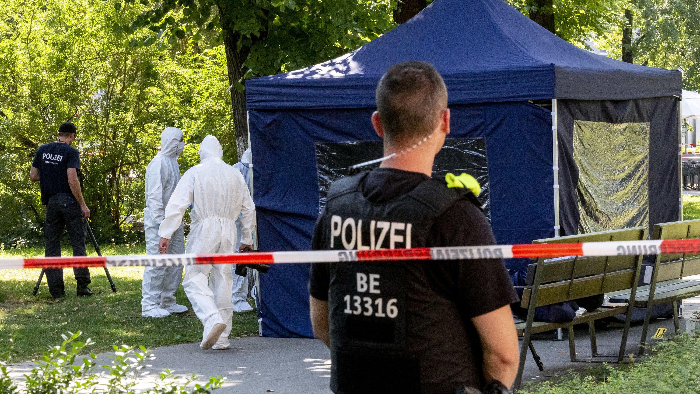 Polizisten sichern in Berlin Spuren nach Mord an einem Georgier