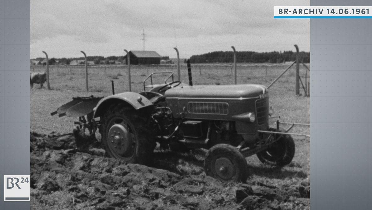 Selbstfahrender Traktor pflügt ein Feld