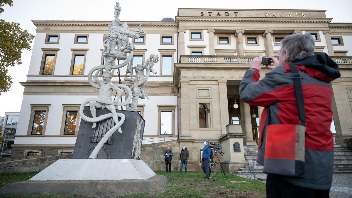Stein des Anstoßes: Peter Lenks Skulptur vor dem Stadt-Palais Stuttgart