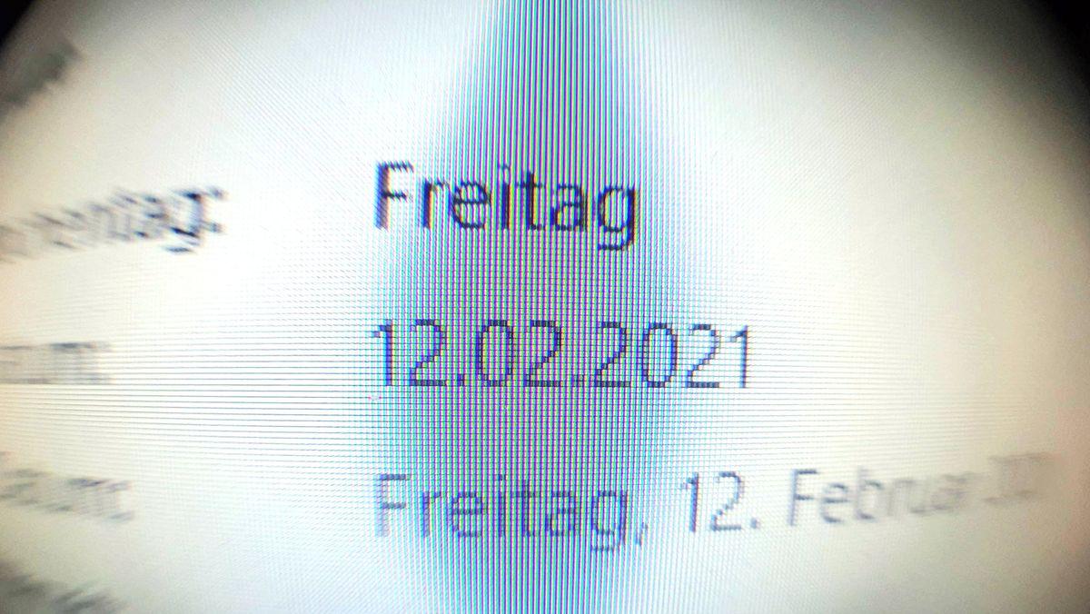 Das Datum 12.02.2021 ist auf einem Laptop zu sehen. Der zweite Freitag im Februar 2021 ist ein kalendarisches Palindrom.