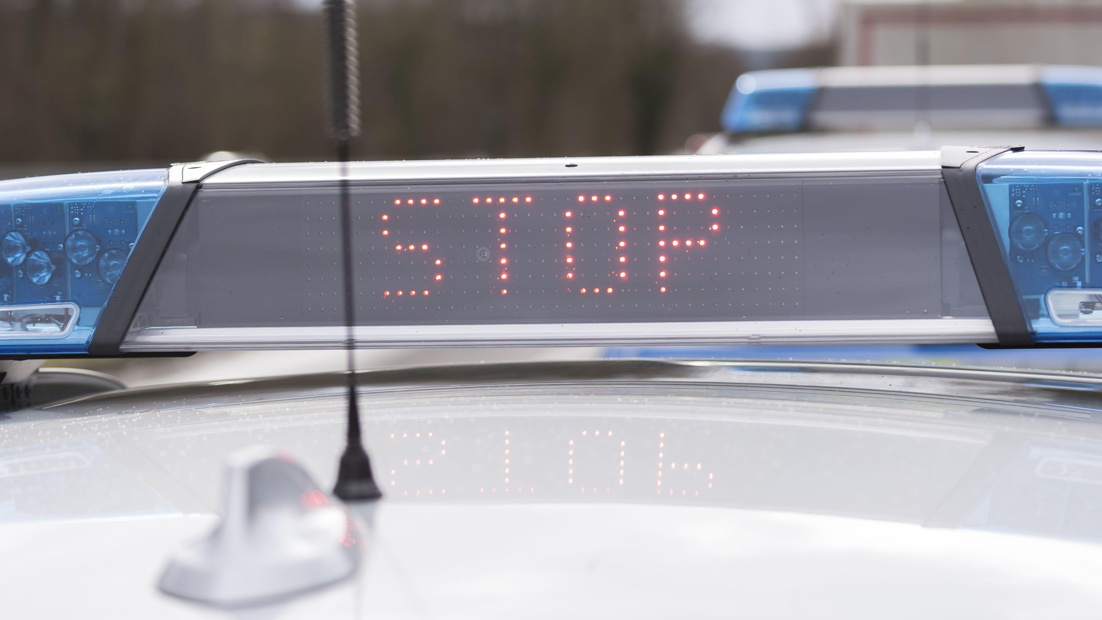 """Polizeiwagen der bayerischen Polizei mit """"Stop""""-Anzeige auf dem Dach."""