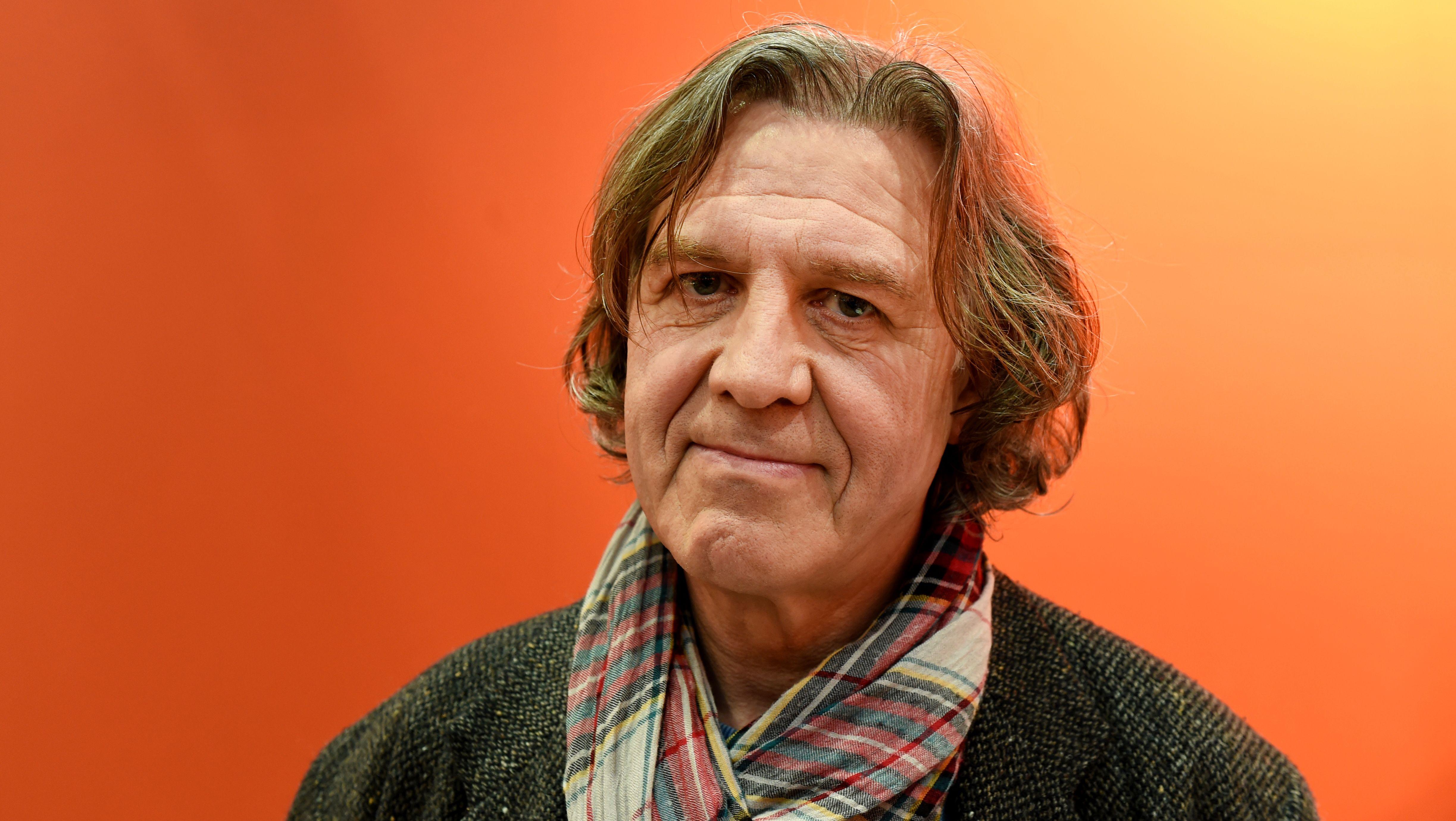 Schriftsteller Norbert Scheuer blickt in die Kamera