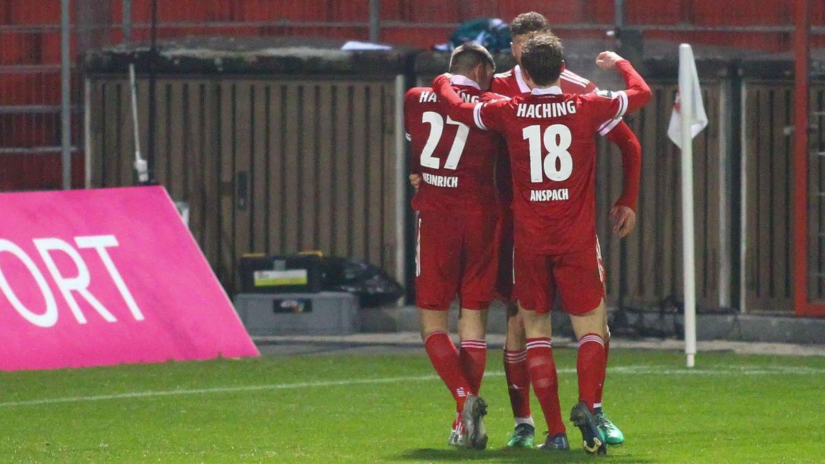 Unterhachinger Spieler nach dem 1:0 gegen Kaiserslautern