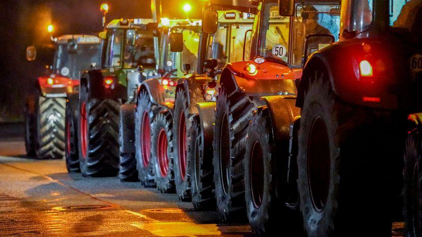 Symbolbild: Landwirte blockieren Großlager eines Supermarktes mit Traktoren