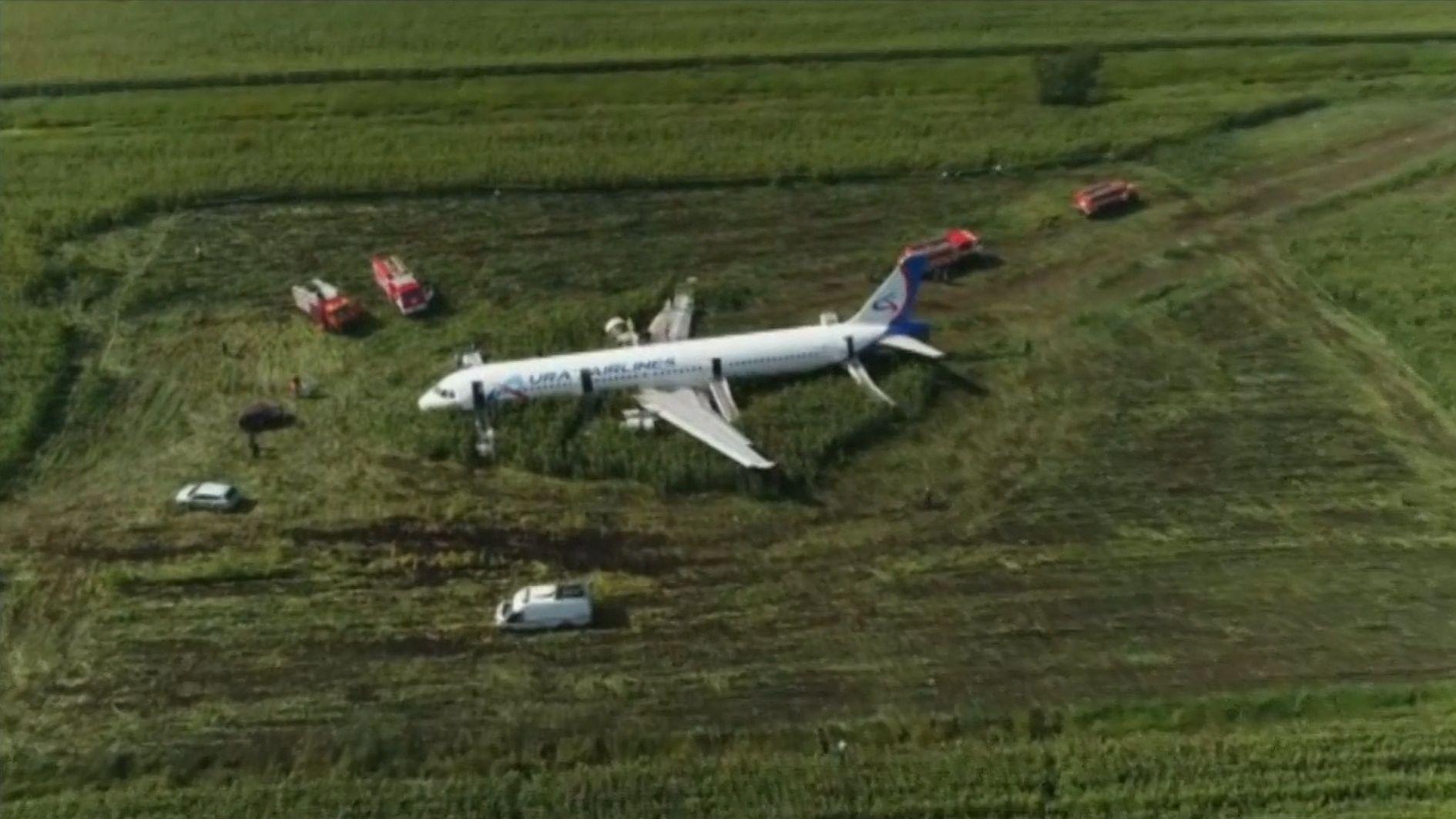 Moskau: Passagierflugzeug landet in Maisfeld