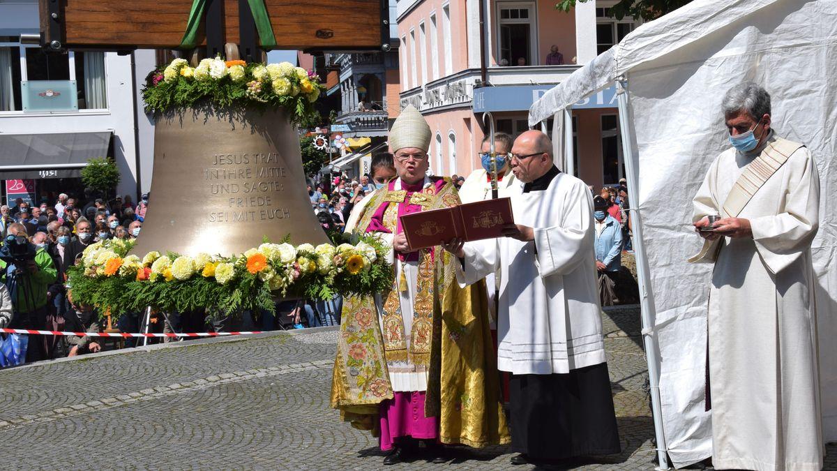 Der Augsburger Bischof Bertram Meier bei der Weihe der Friedensglocke in Oberstdorf
