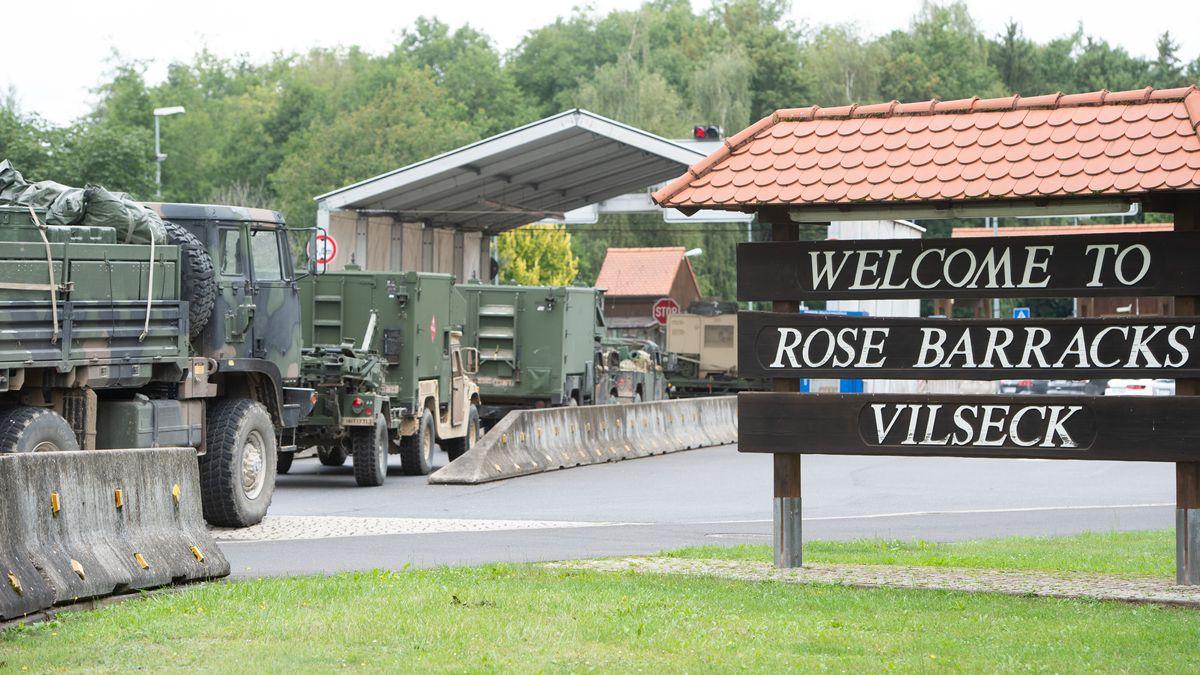 Ein Militärkonvoi fährt durch den Eingang der Rose Barracks in Vilseck auf den Truppenübungsplatz Grafenwöhr.