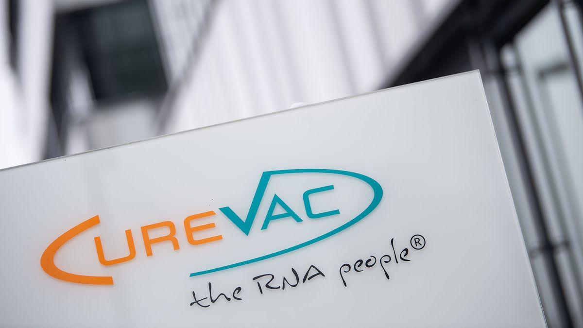 """Das Logo des Biotech-Unternehmen Curevac mit dem Slogan """"the RNA people"""" steht an der Unternehmenszentrale."""