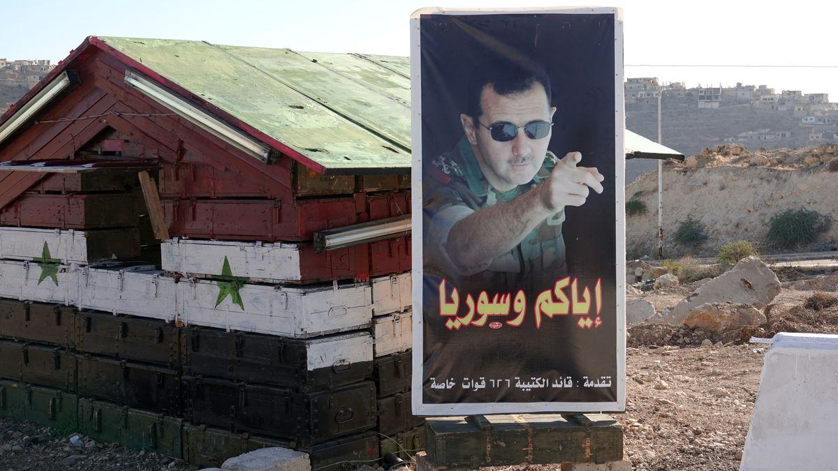 Bild auf dem Jahr 2018: Ein Postenhäuschen steht an der Brücke von Rastan mit einem Bild von Präsident Baschar al-Assad.