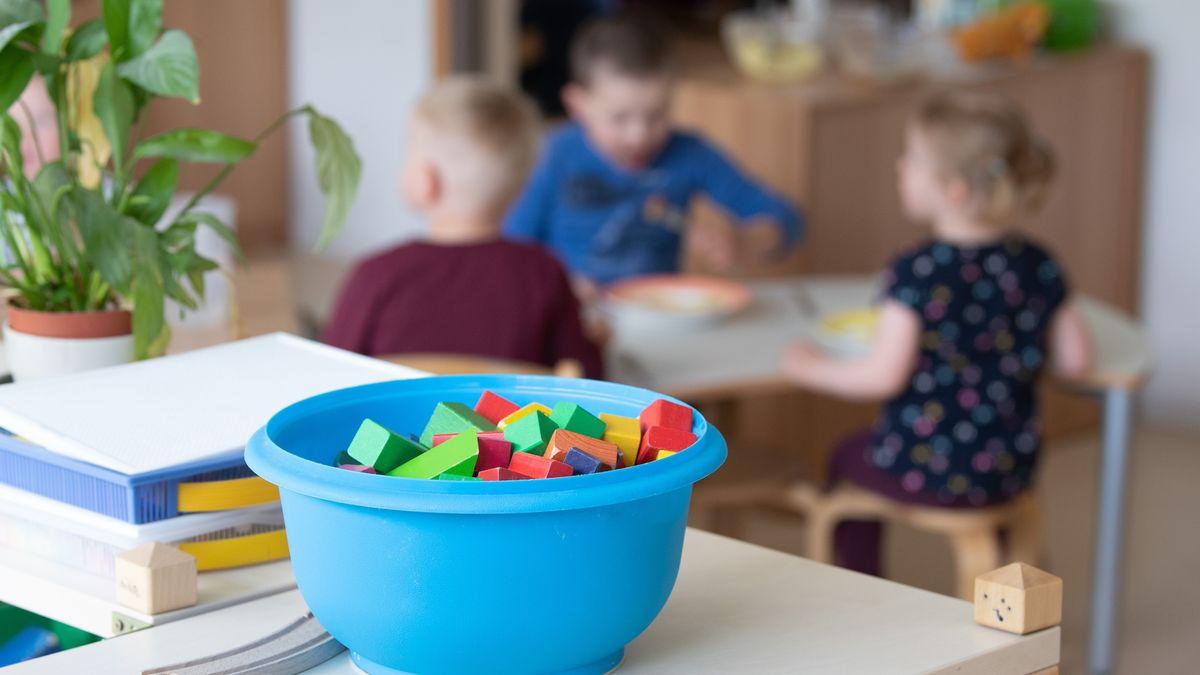 Kinder sitzen im Rahmen der Notbetreuung am 14. Mai in einem Kindergarten
