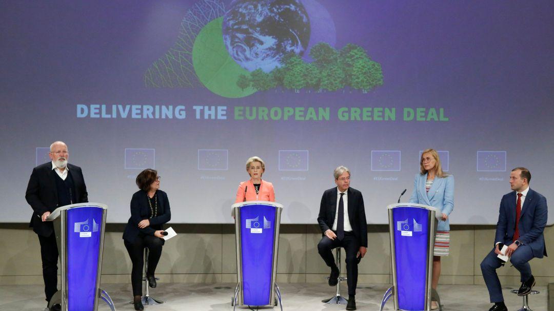 Ursula von der Leyen, EU-Kommissionspräsidentin, und Frans Timmermans, Vizepräsident der EU-Kommission, sprechen bei einer Pressekonferenz.