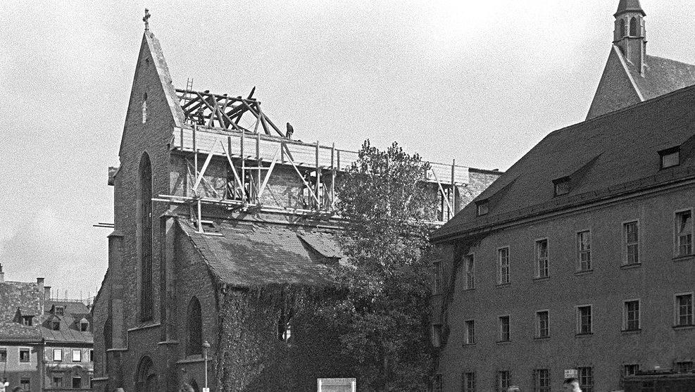 Die zerstörte Regensburger Minoritenkirche. Ganz in der Nähe hatte die NS-Kreisleitung ihren Sitz