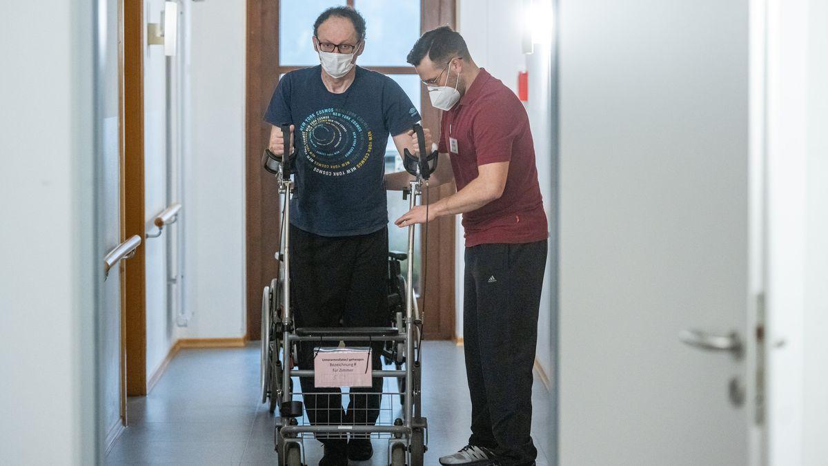 Ein Patient und ein Pfleger in einer bayerischen Reha-Einrichtung.