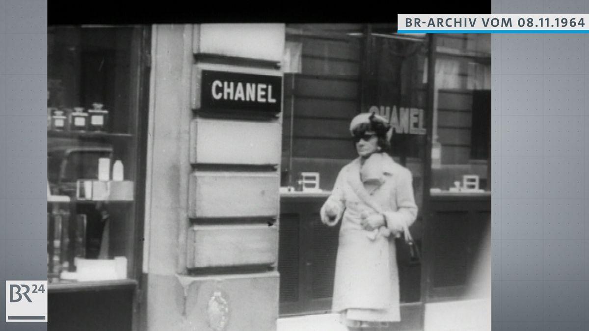 Coco Chanel auf dem Weg zu ihrem Geschäft