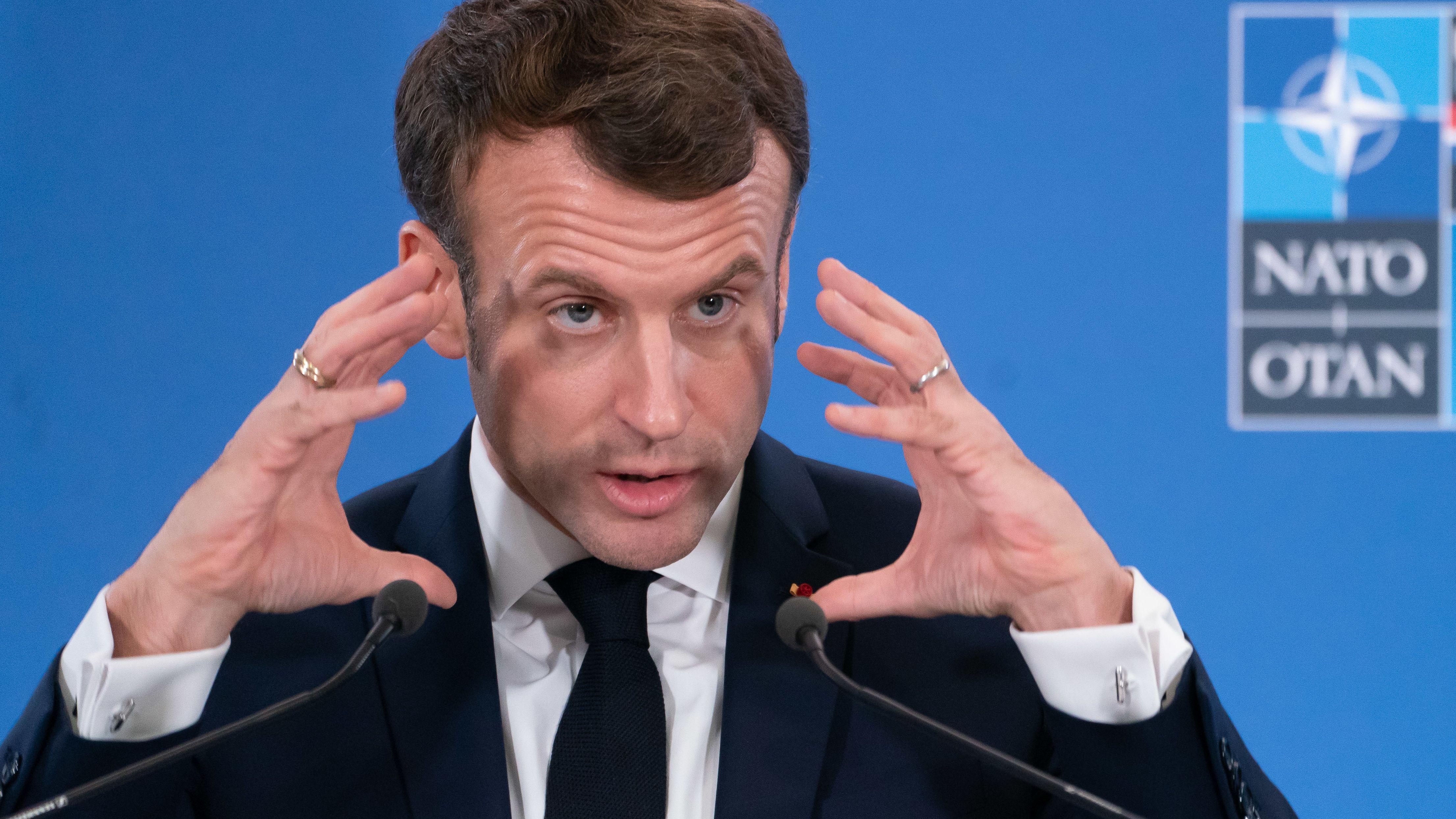 Emmanuel Macron spricht bei einer Pressekonferenz nach der Arbeitssitzung des Nato Gipfels im Februar 2020.