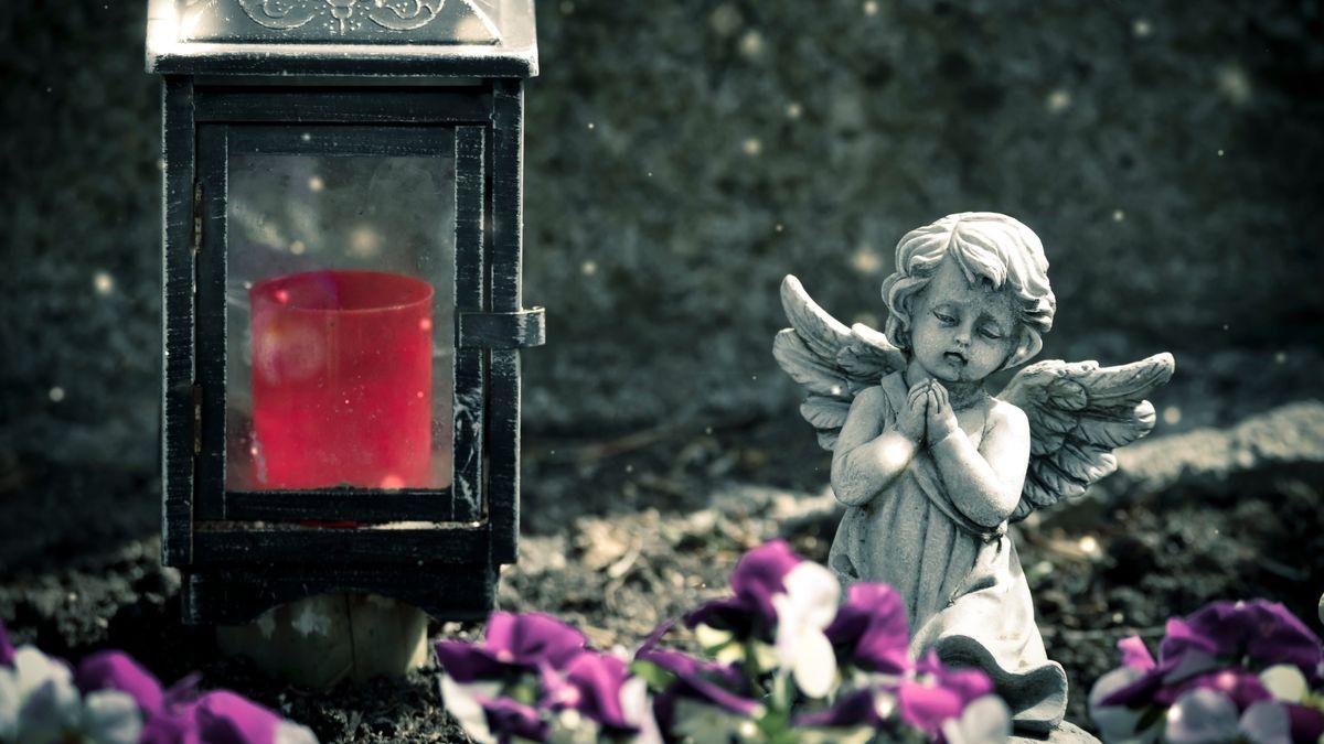 Engelsfigur und ewiges Licht auf einem Grab (Symbolbild)
