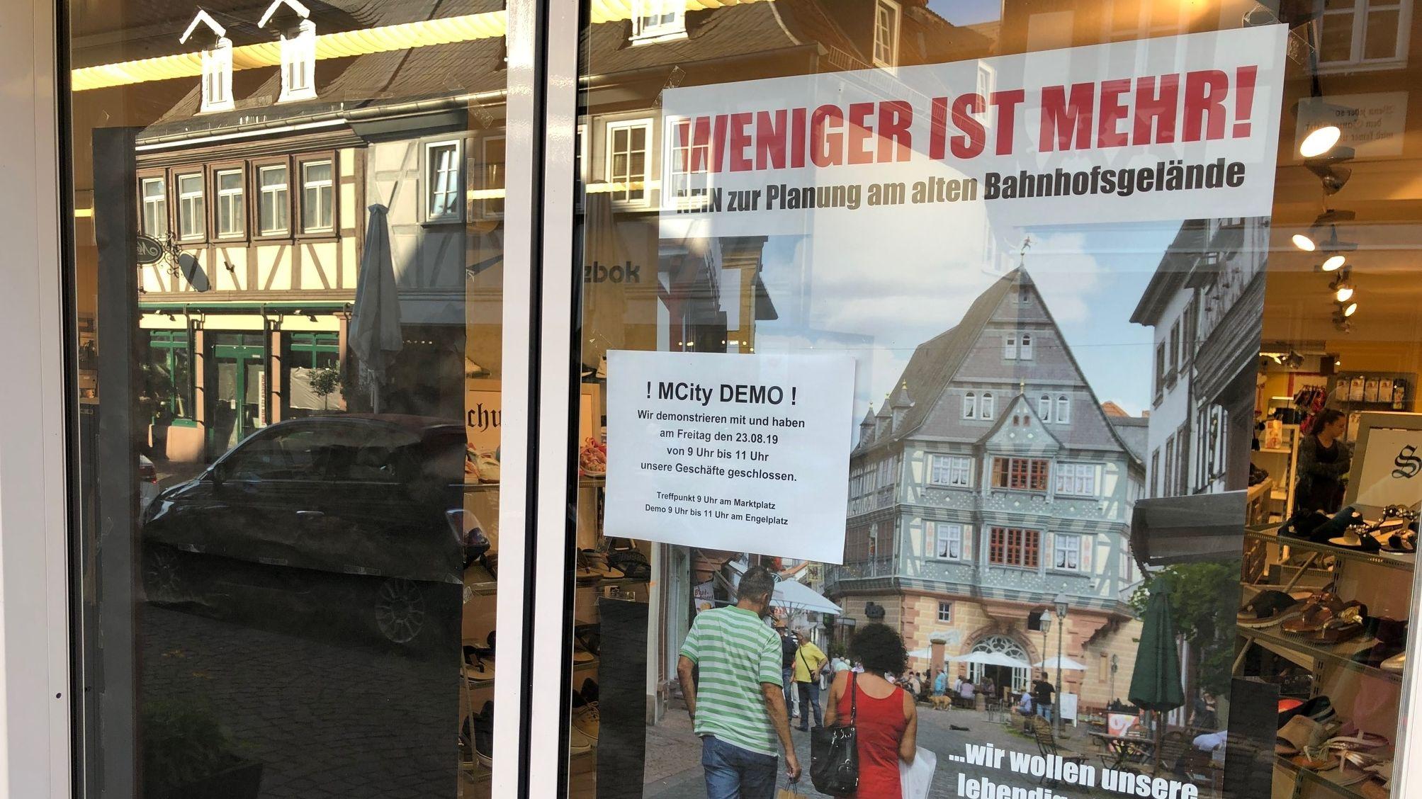 In einem Schaufenster in Miltenberg hängt ein Plakat, das auf eine Demonstration hinweist.