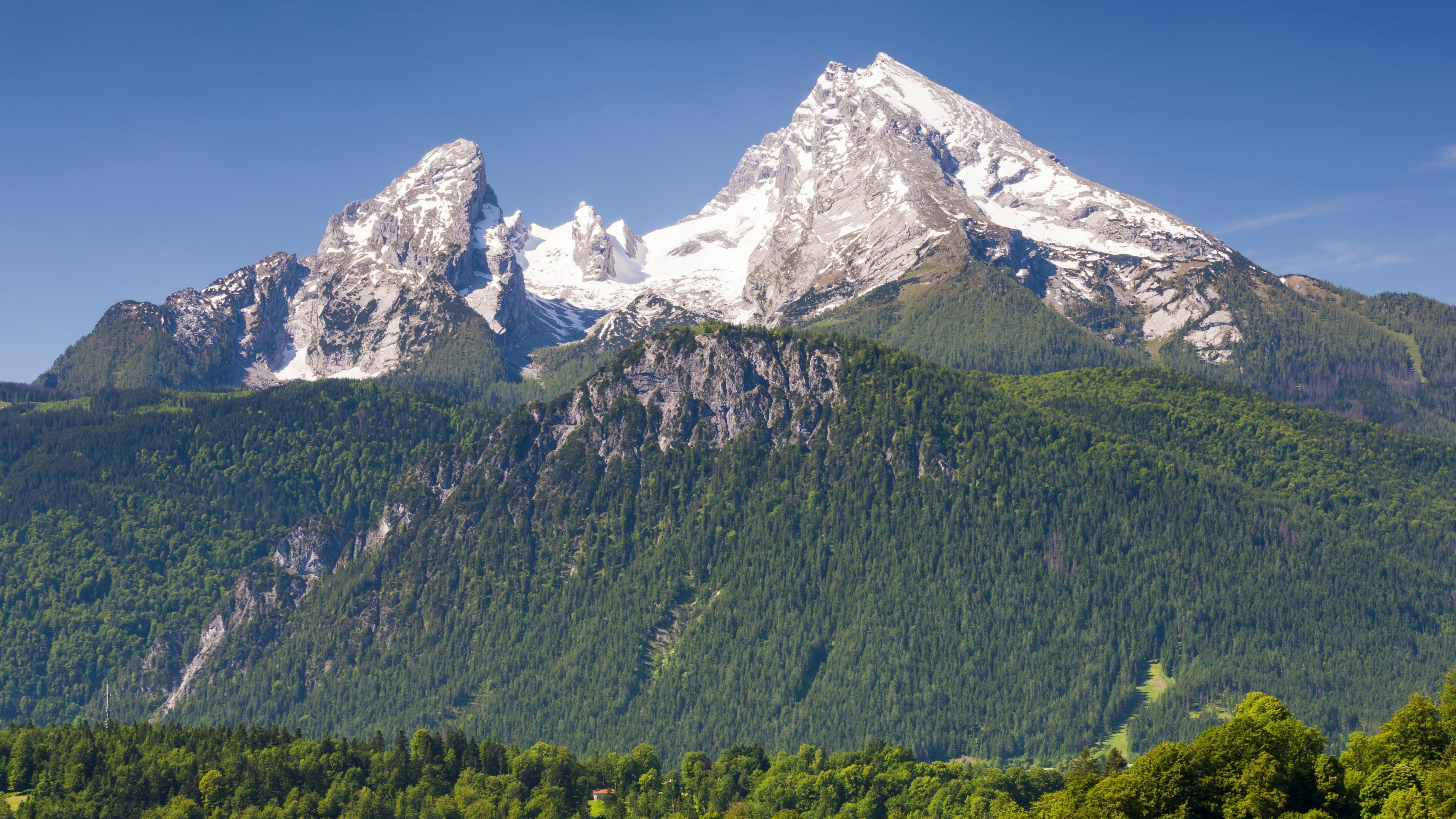 Blick auf den Watzmann im Frühsommer. Auf den Gipfeln ist noch Schnee zu sehen.