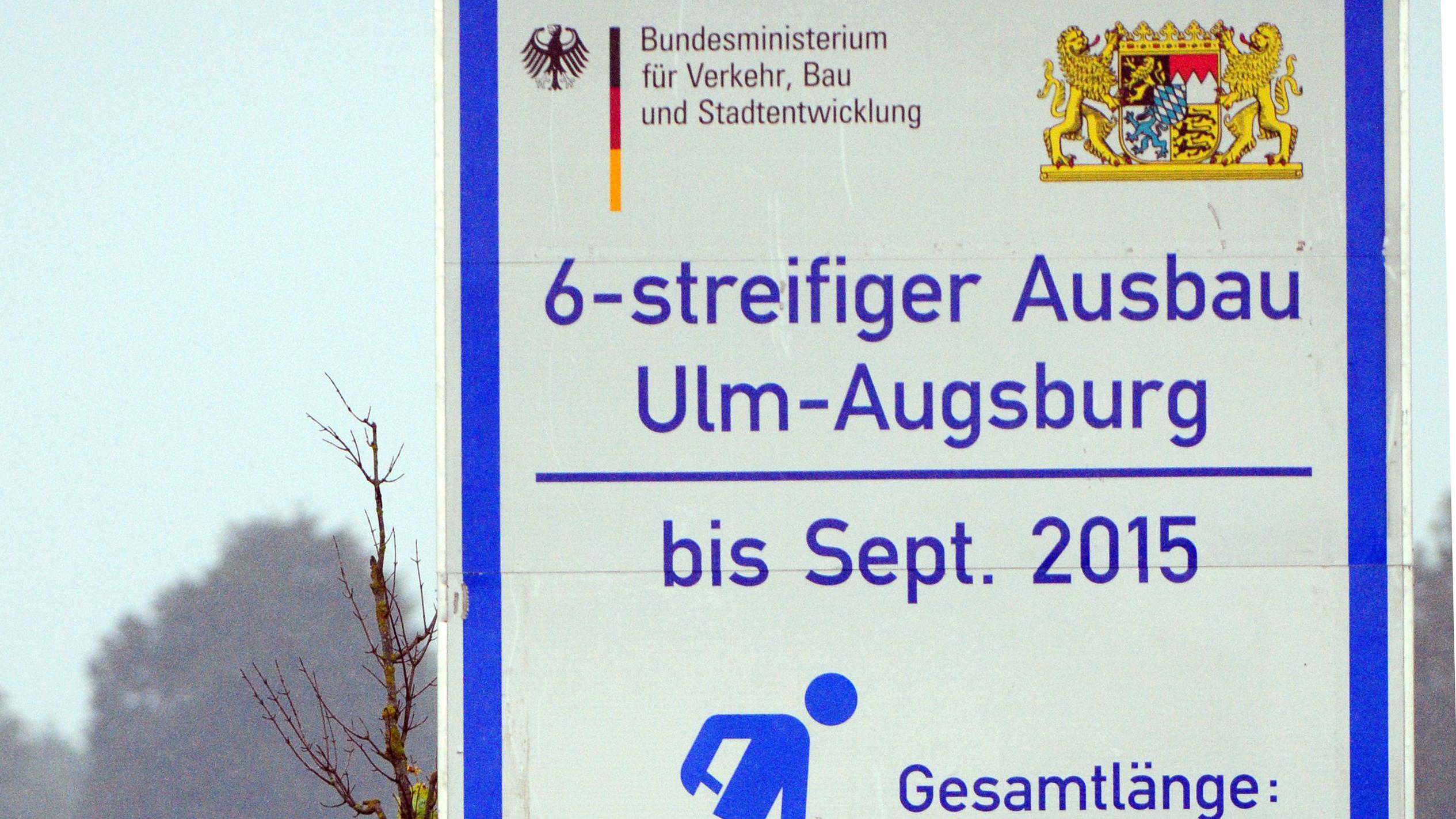 Ein Schild an der Autobahn A8 auf Höhe Burgau weist auf den Autobahnausbau hin.