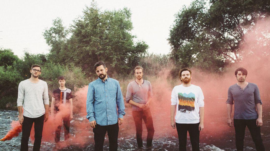 Die sechs Bandmitglieder von Royal Canoe, aufgereiht vor ein paar Bäumen