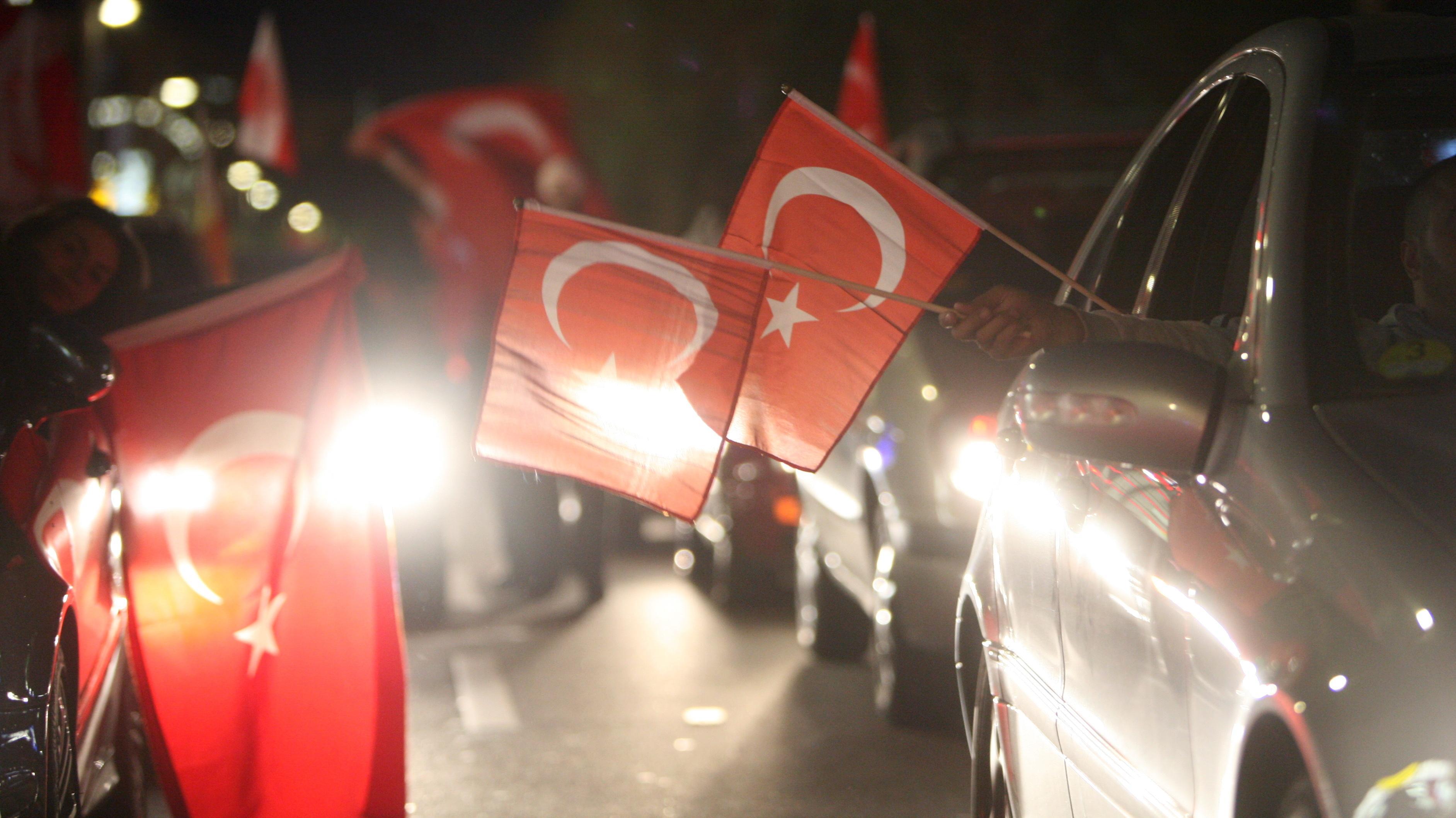 Mit türkischen Landesfahnen geschmückte Autos (Symbolbild)