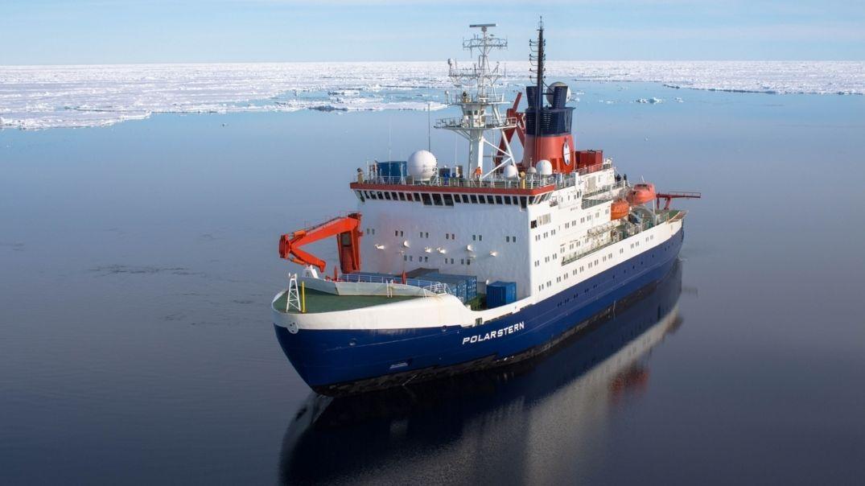 Der deutsche Forschungseisbrecher Polarstern im Arktischen Ozean.