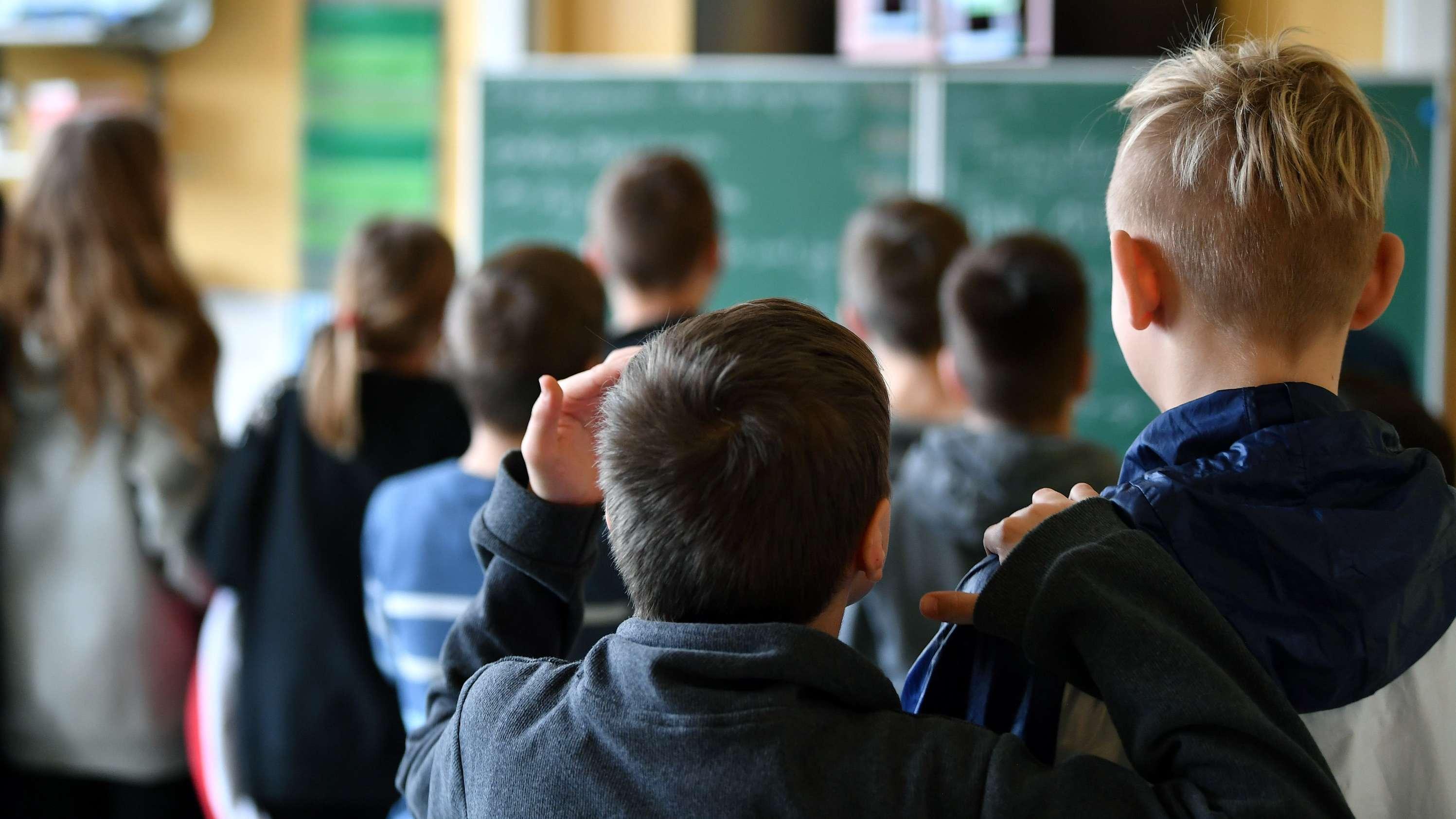 Schüler stehen vor einer Tafel (Symbolbild)