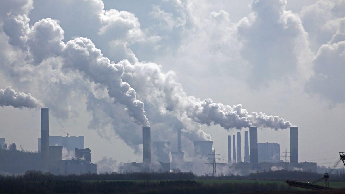 Rauch steigt aus Schornsteinen eines Kraftwerks auf