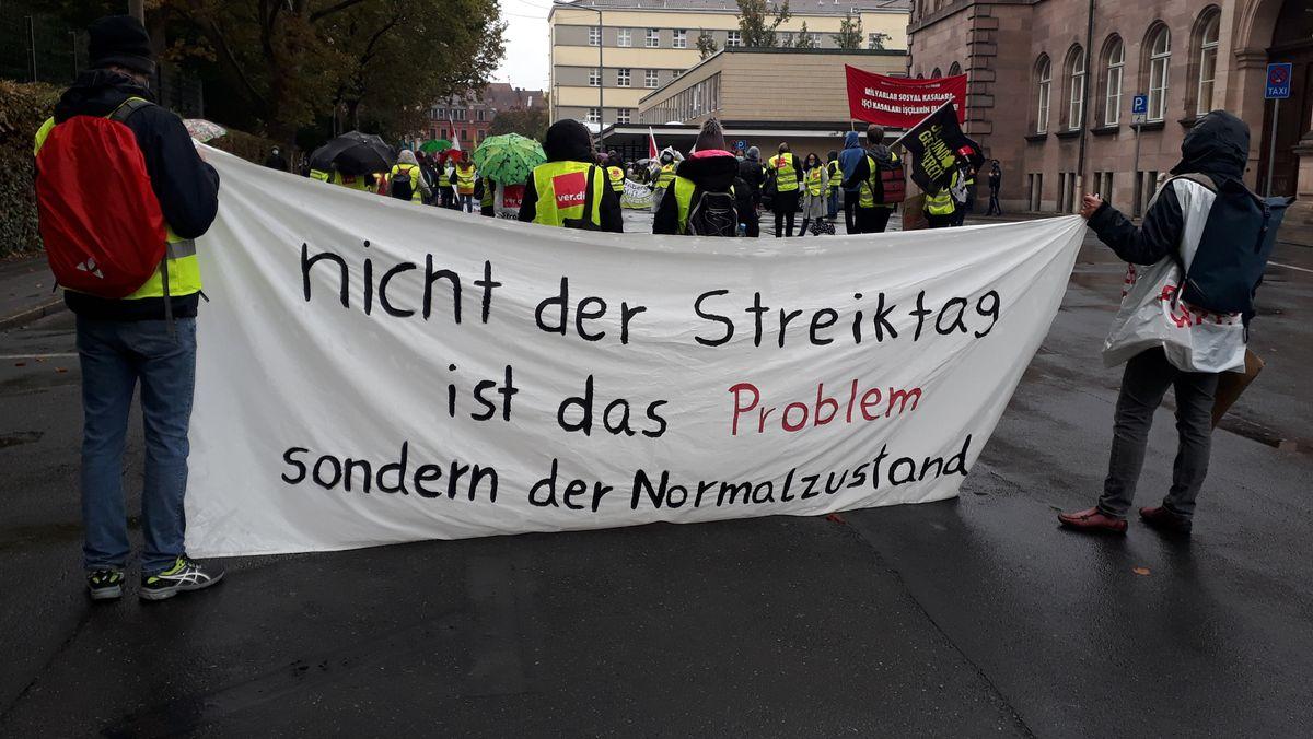 Knapp 400 Beschäftigte aus dem Gesundheitswesen haben in Nürnberg für ihre Rechte gestreikt. Sie liefen in einem Demonstrationszug vom Klinikum zum Rathaus und machten lautstark auf ihre Forderungen nach höheren Löhnen aufmerksam. (Symbolbild)