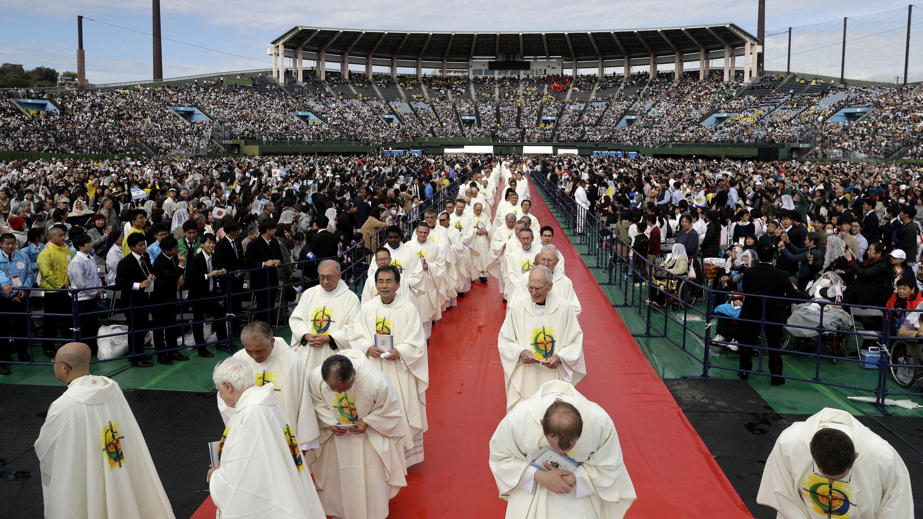 Papst Franziskus spricht sich in einem japanischen Baseball-Stadion gegen atomares Wettrüsten aus