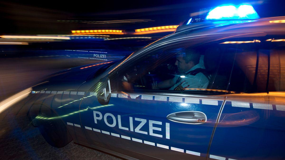 Polizeiauto auf Einsatzfahrt (Symbolbild)