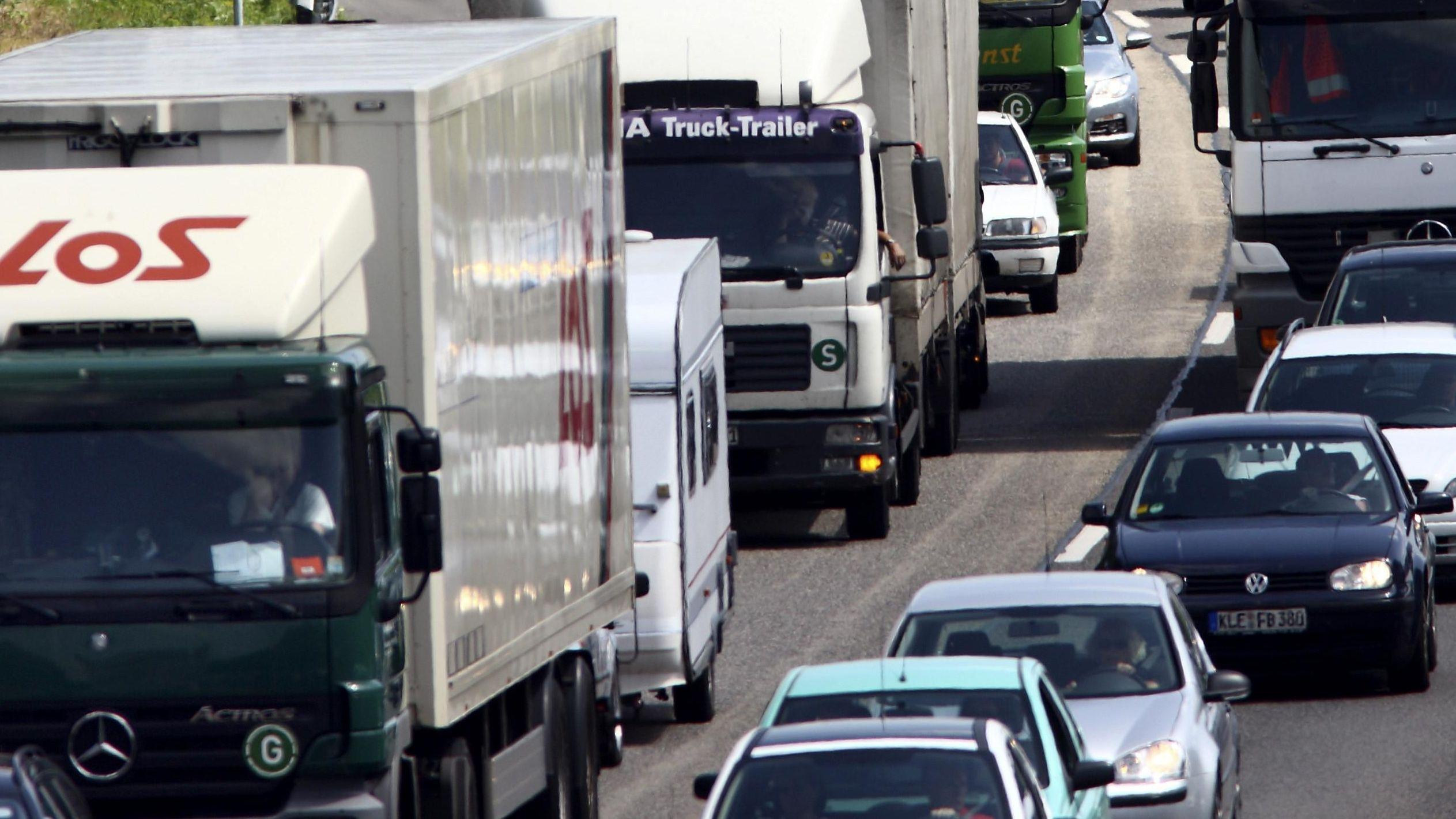 Autos und Laster dicht an dicht: Stau auf der Autobahn