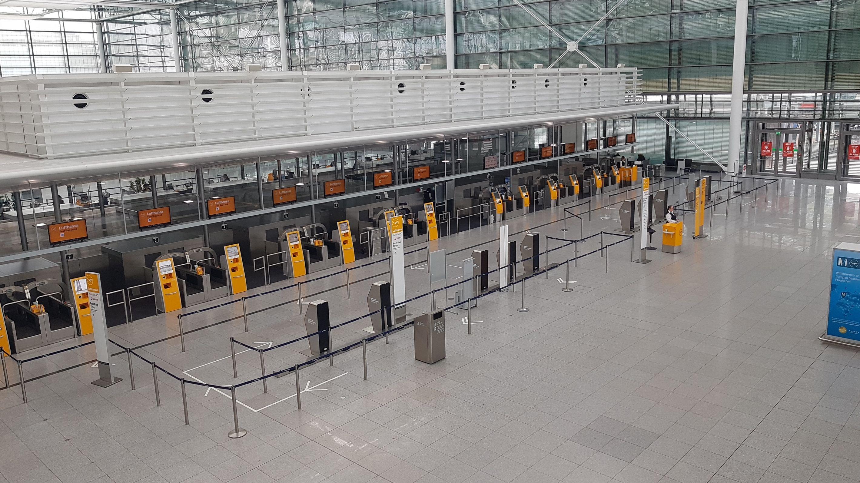 Leere Schalterhalle am Flughafen München